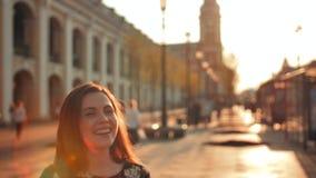 De actieve vrienden koppelen hoogte vijf De sexy mening van het dame voorgezicht Close-up stock videobeelden