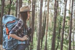 De actieve vrouwelijke wandelaar geniet in openlucht van tijd stock fotografie