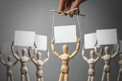 De activist van de Provocateurmarionet roept mensen om Handbediende marionettenpop op de kabels en de menigte van mensen met affi vector illustratie
