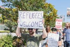 De activisten houden de tekens tijdens de Families samen maart behoren royalty-vrije stock foto's