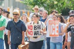 De activisten houden de tekens tijdens de Families samen maart behoren royalty-vrije stock foto