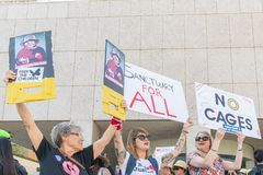 De activisten houden de tekens tijdens de Families samen maart behoren royalty-vrije stock afbeeldingen