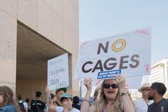 De activisten houden de tekens tijdens de Families samen maart behoren stock foto's