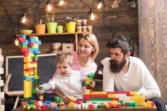 De activiteit van de familievrije tijd Glimlachend mamma die speelse zoon houden Ouders die op de stukken van de kindgreep letten stock afbeelding