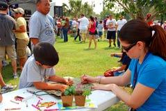 De activiteit van kinderen bij Aarde Fest Stock Foto's