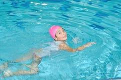 De activiteiten van kinderen op aardig zwembad royalty-vrije stock afbeelding