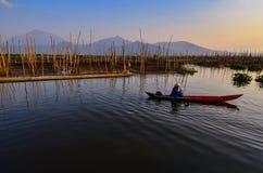 De activiteiten van vissers in de rand van het meer stock afbeeldingen