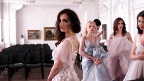 De actrice, danser vóór de show toont het juweel op zijn rug aan stock videobeelden