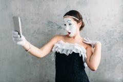 De actrice van het pantomimetheater maakt selfie op camera Stock Foto's