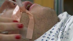 De ademhaling van buizen op de patiënt van ER stock footage