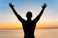 De ademhaling van de zonsopgang Mensensilhouet in stralen van zonlicht stock afbeeldingen
