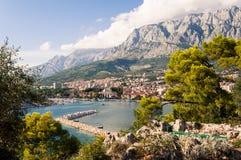 De Adriatische baai van kustlijnmakarska, Kroatië Stock Foto's