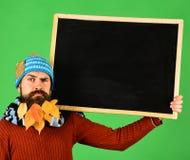 De advertentie van de de herfstmanier en presentatieconcept Hipster met verward gezicht stock foto