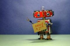 De advertentie van het baanonderzoek De werkloze rode robot wil een baan krijgen Grappige stuk speelgoed robot met een kartonteke royalty-vrije stock afbeeldingen