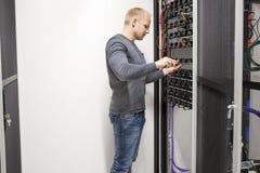 De adviseur bouwt communicatie rek in datacenter Royalty-vrije Stock Afbeeldingen