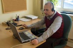 De adviseur van de helpdesk in bureau Stock Foto