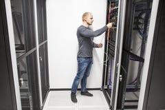 IT de adviseurwerken met netwerk in datacenter Stock Fotografie