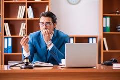 De advocaat die in het bureau werken royalty-vrije stock foto