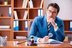 De advocaat die in het bureau werken stock fotografie
