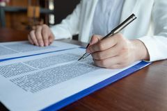 De advocaat geeft advies, raad, wettelijke voorstellen Onderzoek van wettelijke documenten royalty-vrije stock fotografie