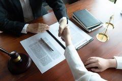 De advocaat geeft advies, raad, wettelijke voorstellen Onderzoek van wettelijke documenten stock foto