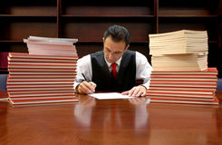 De advocaat ondertekent het contract Royalty-vrije Stock Afbeelding