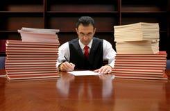 De advocaat ondertekent het contract Stock Afbeelding