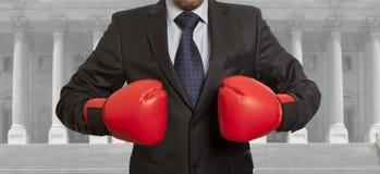 De advocaat in rode bokshandschoenen royalty-vrije stock fotografie