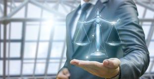 De advocaat toont de schalen van rechtvaardigheid aan stock afbeelding