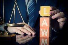 De advocaat zet WETSwoord Procureur en advocaatconcept stock afbeelding