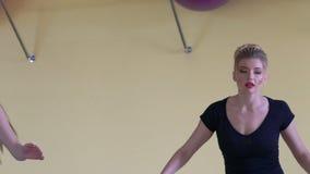 De aerobics van sportmeisjes in fitness centrum langzaam stock video