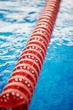 De afbakening is harde stegen in de pool Rood plastiek Zwemmers, competities, spoor Royalty-vrije Stock Afbeeldingen