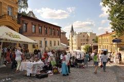 De Afdaling van Andrew - beroemde straat in Kiev, volkskunstfestival, heel wat mensen Royalty-vrije Stock Afbeeldingen