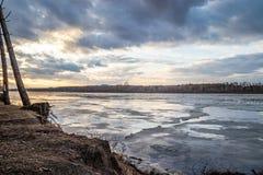 De afdaling van ijs in de lente op de rivier in Maart is een natuurverschijnsel tegen de hemel en betrekt in de avond royalty-vrije stock foto's