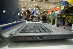 De afdeling van de computer in een grote opslag Stock Fotografie