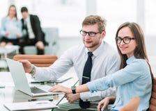 De afdelingschef en de accountant werken aan laptop met financ royalty-vrije stock fotografie