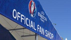 De affiche van de Euro Winkel van de Kop Officiële die Ventilator over ingang wordt gehangen slingerde in wind, close-up stock videobeelden