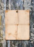 De affiche van het document op een houten muur Royalty-vrije Stock Foto's