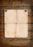 De affiche van het document op een houten muur Royalty-vrije Stock Foto
