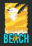 De Afficheontwerp van de strandzomer met Zonsopgang boven het Water en de Palmbladenillustratie Royalty-vrije Stock Foto