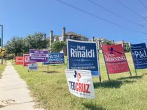 De affiches van de helft van het trimesterverkiezing in Amerika met dicht van yardtekens stock afbeeldingen