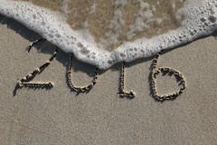 2016, de afgelopen jaartekens op het strand Stock Foto