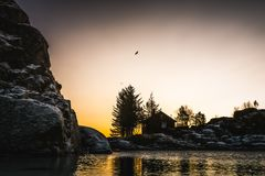 De afgezonderde cabine van wildernisfjordside royalty-vrije stock foto's
