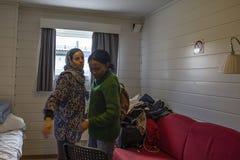 De Afghaanse en Kongolese vluchteling neemt afscheid in een vluchtelingscentrum stock foto