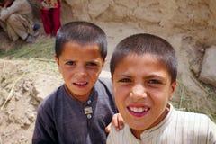 De Afghaanse Jonge geitjes letten op een voorbijgaande patrouille royalty-vrije stock fotografie