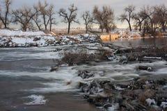 De afleidingsactiedam van de rivier in de winterlandschap Stock Fotografie