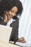 De Afrikaans Amerikaans Telefoon van de Cel van de Vrouw & Laptop Bureau Royalty-vrije Stock Fotografie