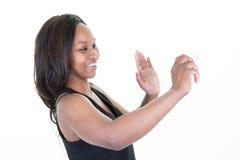 De Afrikaanse Amerikaanse jonge vrouw maakt selfie foto op smartphonetelefoon stock foto