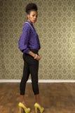 De Afrikaanse Amerikaanse vrouw stelt in retro ruimte Royalty-vrije Stock Foto's