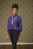 De Afrikaanse Amerikaanse vrouw stelt in retro ruimte Royalty-vrije Stock Afbeelding
